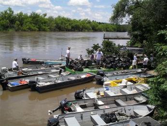 Barqueiros percorrem cerca de 25 a 27km coletando lixo jogado no Rio Iguaçu (Foto: Grupo Amantes do Rio Iguaçu / Divulgação)