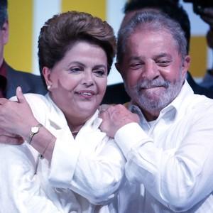 Dilma Rousseff é abraçada pelo ex-presidente Lula durante comemoração da vitória em Brasília (Foto: AP Photo/Eraldo Peres)