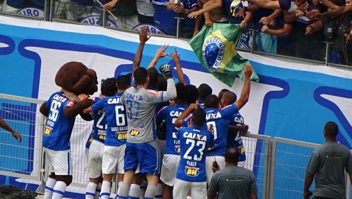 Jogadores comemoram gol de Arrascaeta com a torcida (Foto: Maurício Paulucci)