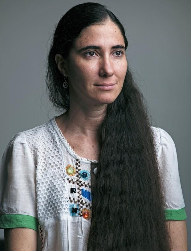 DE CARA LIMPA Yoani Sánchez posa para foto em São Paulo. Sua aparência despojada gerou comentários no Brasil, especialmente seu cabelo, segundo ela uma expressão de liberdade (Foto: Filipe Redondo/ÉPOCA)