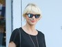 Taylor Swift, agora loiraça, passeia na Califórnia