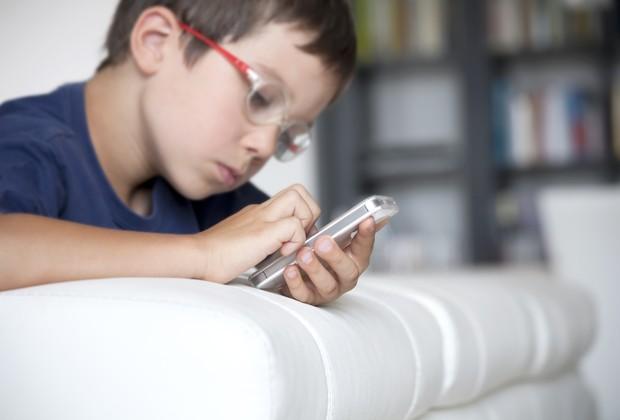 Criança com celular (Foto: Reprodução)