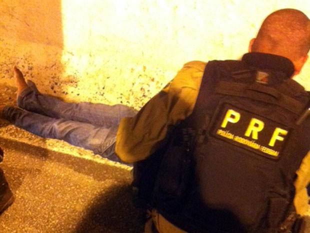 Jovem caiu de viaduto e foi atendido por policiais (Foto: Felipe Gibson)