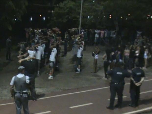Jovens são abordados por policiais na represa (Foto: Polícia Militar)