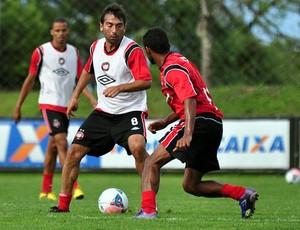 Meia Martín Ligüera, do Atlético-PR, treina no CT do Caju (Foto: Divulgação/Site oficial do Atlético-PR)