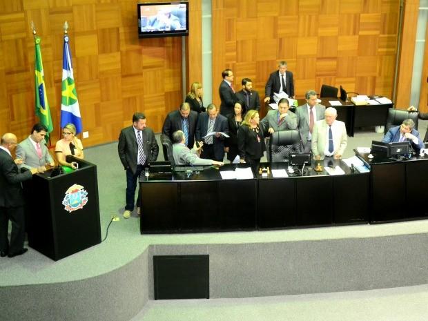 Deputados aprovaram, por 13 votos a dois, projeto de lei que credencia empresas privadas para prestar serviços de inspeção veicular no Detran. (Foto: Ronaldo Mazza/ALMT)