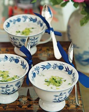 Servida em delicadas xícaras, a sopa fria de iogurte e pepino deixa a mesa ainda mais bonita (Foto: Foto Cacá Bratke)