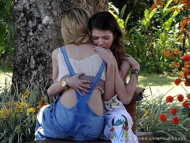 Sofia percebe que a amiga está arrasada e tenta levantar seu astral (Foto: Malhação / TV Globo)