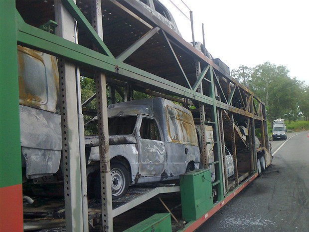 Cegonheira pega fogo na Fernão Dias. (Foto: Edbert Vitor Silva / EPTV)