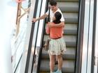 José Loreto e Débora Nascimento trocam carinhos durante passeio