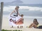 Flávia Alessandra curte praia com as filhas e aproveita para fazer exercícios