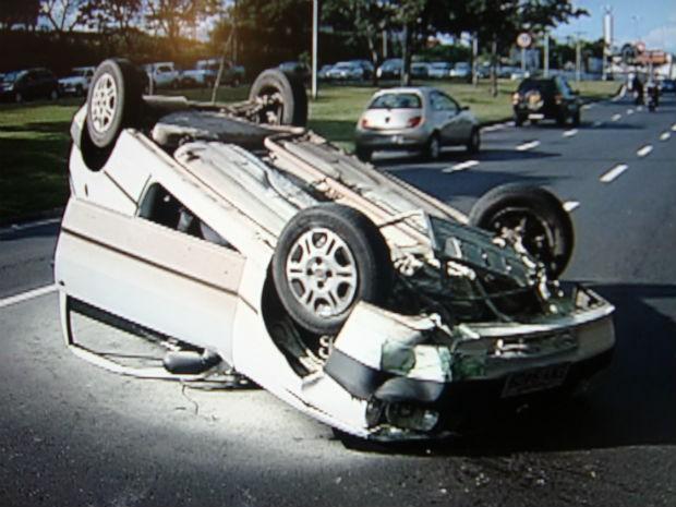 Carro capotou na Avenida Dom Aguirre, em Sorocaba, e deixou o trânsito lento (Foto: Reprodução/TV TEM)