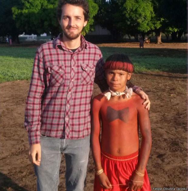 O menino Adônis Tsihoriwe aparece com a pintura típica do Oi'ó, uma luta entre clãs para exercitar o espírito guerreiro (Foto: Felipe Oliveira Jacinto/Divulgação)
