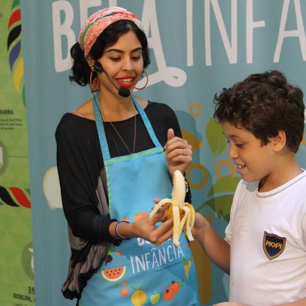 Bela Gil conquistou a garotada do colégio Mopi, no Rio de Janeiro, com sua oficina gastronômica (Foto: Divulgação)