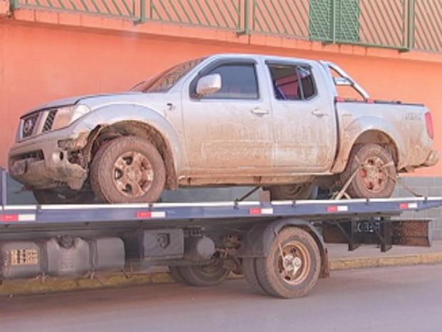 Dinamites e outros materiais foram encontrados na caminhonete (Foto: Reprodução/ TV TEM)