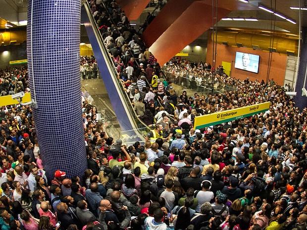 Aglomeração de passageiros na Estação Pinheiros do Metrô de São Paulo em paralisação de motoristas nesta terça (20) (Foto: Dario Oliveira/Estadão Conteúdo)