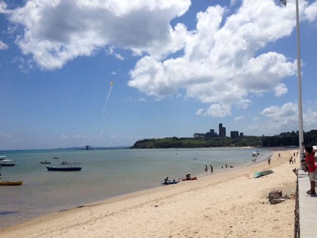 Criança brincam de empinar pipa na praia de Tubarão, no subúrbio de Salvador (Foto: Henrique Mendes / G1)