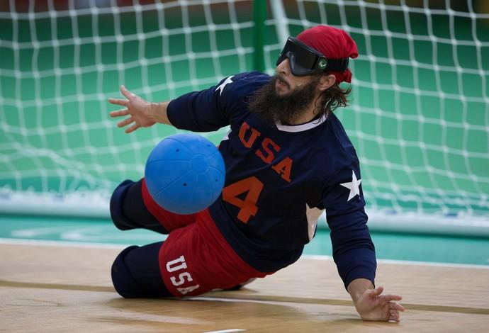 Descrição da imagem: John Kusku faz defesa no goalball (Foto: AP)