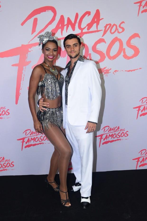 Felipe Simas e Carol (Foto: Denilson Silva/Agnews)