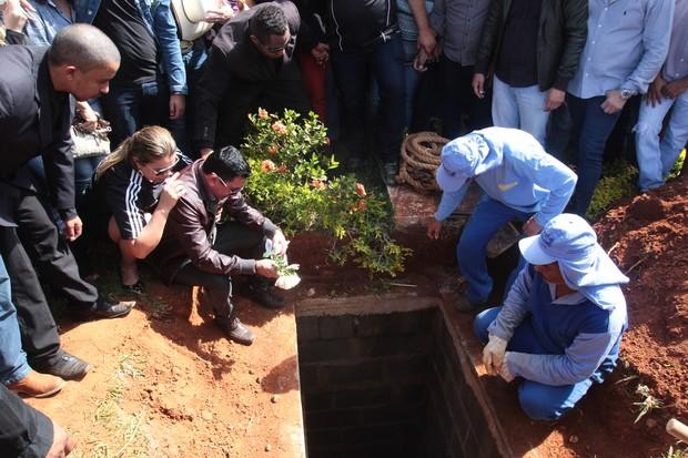 Enterro de Cristiano Araújo (Foto: Ruber Couto / EGO)
