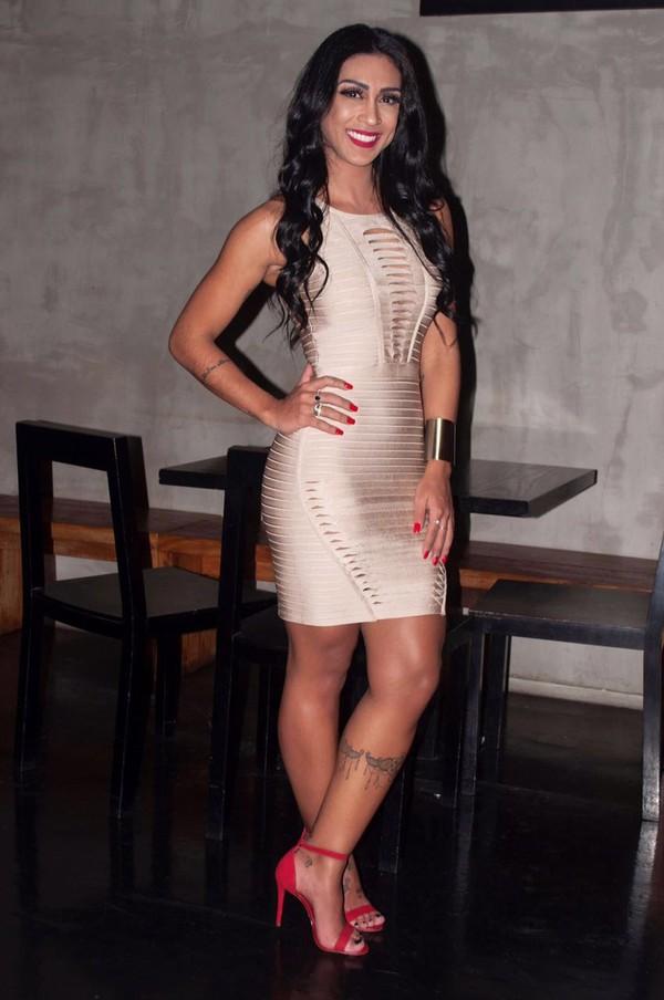 Amanda Djehdian arrasa em evento com vestido justíssimo