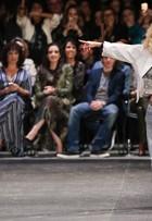 Xuxa rouba a cena em desfile com transparência e seios à mostra