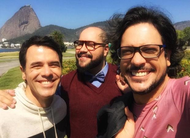 Claudio Lins e Lucio Mauro Filho entre Tiago Abravanel, apresentador dos bastidores do 'PopStar' (Foto: Reprodução/Instagram)