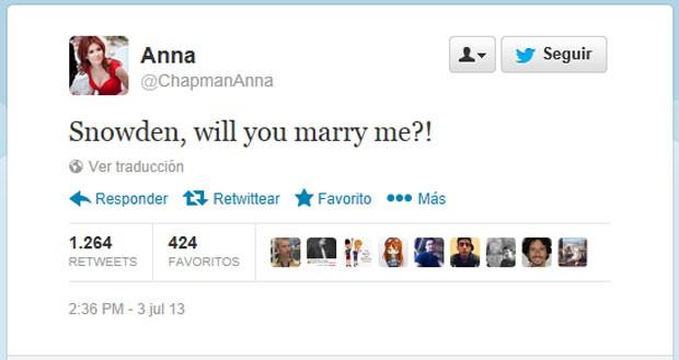 No Twitter, ex-espiã russa Anna Chapman pede a mão de Snowden (Foto: Reprodução)