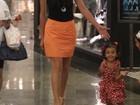 Tania Khalill passeia com as filhas em shopping