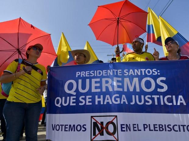 Opositores do acordo de paz fazem protesto nesta segunda, em Cartagena, na Colômbia (Foto: Luis Robayo/AFP)
