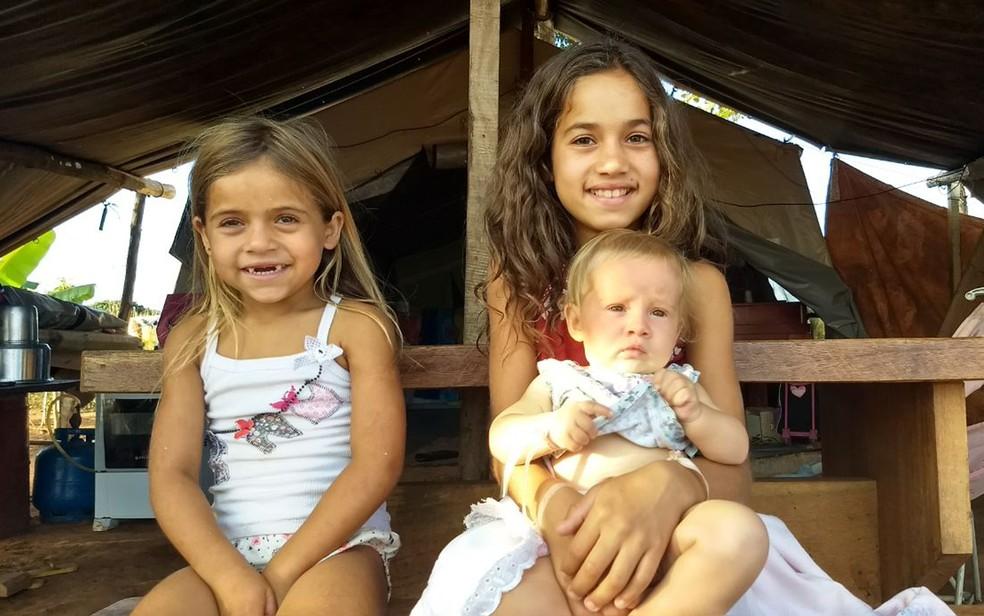 Crianças da etnia calon moram em acampamento cigano, em Sobradinho, no DF (Foto: Marília Marques/G1)