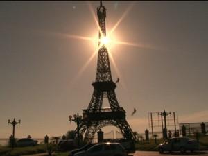 Réplica de Torre Eiffel é utilizada por praticantes de rapel em Umuarama (Foto: Reprodução/RPCTV)