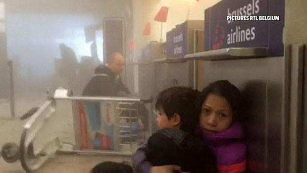 Passageiros registraram saguão de aeroporto de Bruxelas logo após ataques (Foto: Reprodução)