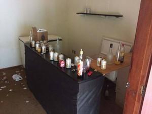 Latas, garrafas e copos estavam espalhados por toda casa (Foto: PM 26º BPM/Divulgação)
