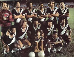 Fidélis (terceiro da direita para a esquerda) no time do Vasco campeão brasileiro de 1974 (Foto: Divulgação)
