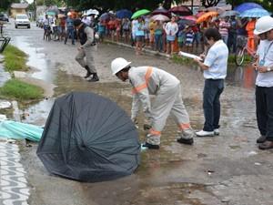 Morador morreu ao tocar em fio de alta tensão na rua de Cabedelo  (Foto: Walter Paparazzo/G1)
