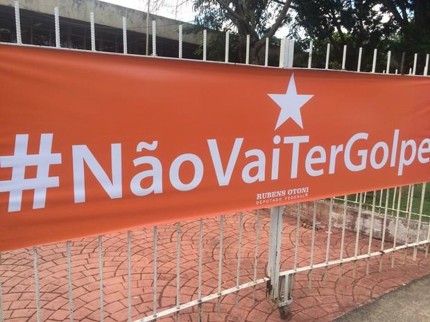 Manifestantes protestam a favor do governo Dilma na Praça Universitária, em Goiânia, Goiás (Foto: Vanessa Martins/G1)