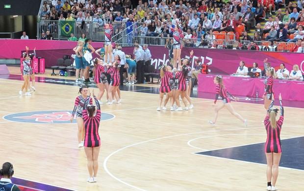 Apresentações de dança animam as arquibancadas da Arena de Basquete, em Londres (Foto: Lydia Gismondi / Globoesporte.com)