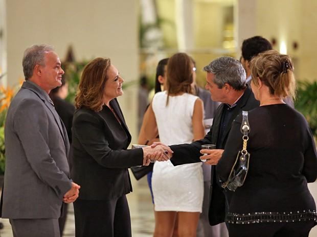 Tina e acompanhante misterioso cumprimentam casal em festa chique (Foto: Carol Caminha / Gshow)