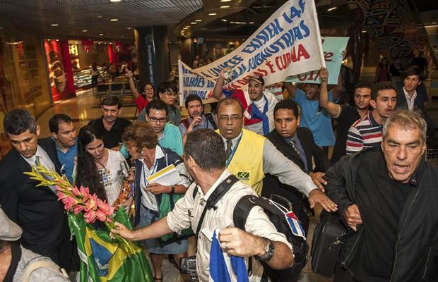 Chegando ao Brasil a blogueira cubana foi chamada de mercenária e financiada pela CIA (Foto: Agência EFE)
