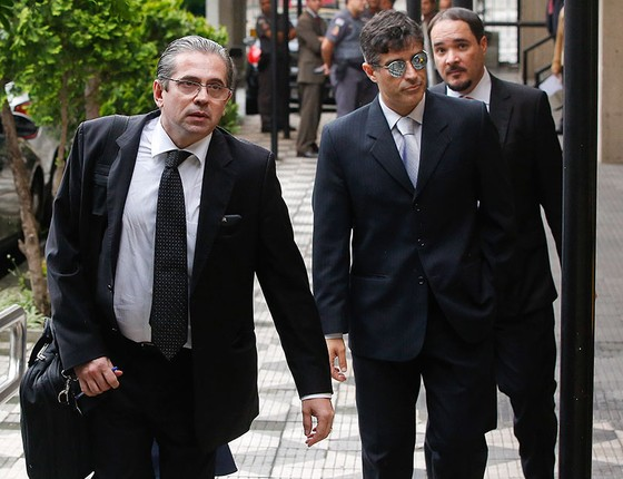Os promotores José Carlos Blat, Cássio Conserino e Fernando Araújo chegam para entrevista coletiva nesta quinta-feira (10), em São Paulo (Foto: AP Photo/Andre Penner)