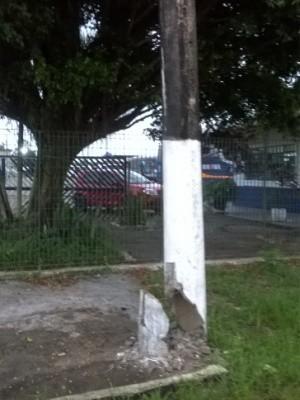 Poste de iluminação no bairro Chácara Cibratel está parcialmente destruído (Foto: Arnaldo do Passo / Arquivo Pessoal)