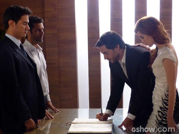 Os dois assinam documento misterioso (Foto: Amor à Vida/ TV Globo)