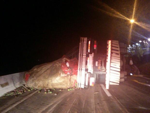 Caminhão tombou no trecho entre esteio e Canoas, na BR-116 (Foto: PRF/Divulgação)