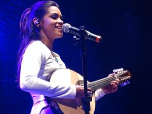 Lucy Alves esbanjou o talento multi-instrumentista no Festival Viva Dominguinhos, em Garanhuns. (Foto: Jael Soares/ G1)
