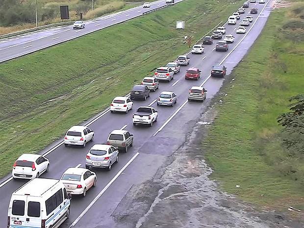 BR-324 tem trânsito intenso entre Km 543 (Amélia Rodrigues) e Km 531 (Feira de Santana) sentido Salvador. Bahia (Foto: Reprodução/ Via Bahia)