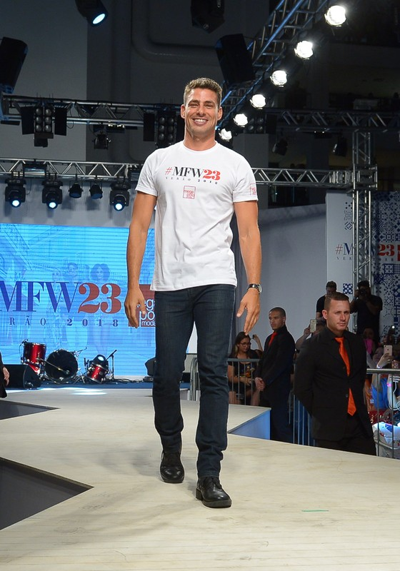 Cauã Reymond foi ovacionado na passarela do Mega Polo Moda nesta terça-feira (Foto: AG. News)