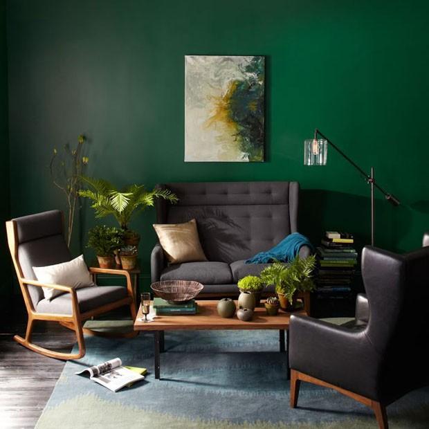 Décor do dia: sala de estar com parede verde e móveis cinza (Foto: reprodução)