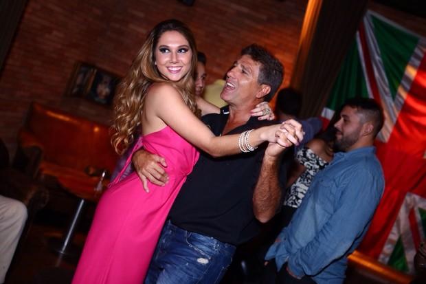 Renato Gaúcho dança com a filha Carol Portaluppi na sua festa de aniversário (Foto: Raphael Mesquita/Divulgação)
