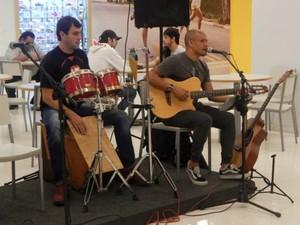 Músico Tavinho Sant'Anna - da direita - é de Volta Redonda (Foto: Divulgação/Assessoria de Imprensa)